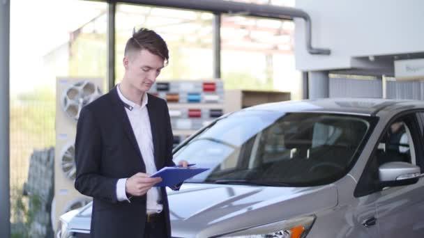 Prodejce na prodejnu aut, prodej vehichles
