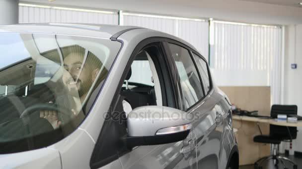 Glücklicher Mann den Schlüssel seines neuen Autos zeigen. Auto ...