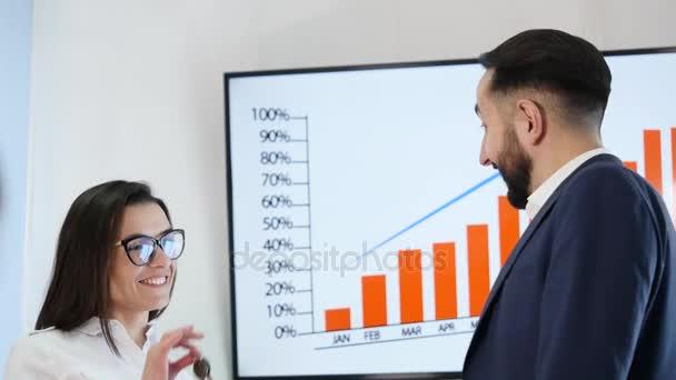 Realitní agent dává klíče k mladíka