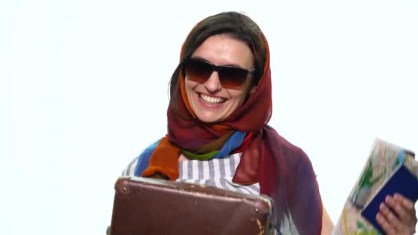 Krásná mladá dívka kufr a cestovní pas na bílém pozadí bude cestování