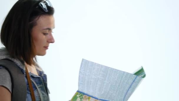 mladá žena držící mapa - izolované na bílém pozadí