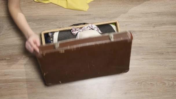 Ruce Dejte pas v kufru. Mapa a pas na oblečení. Období dovolené. Žena dostane připraven k letu