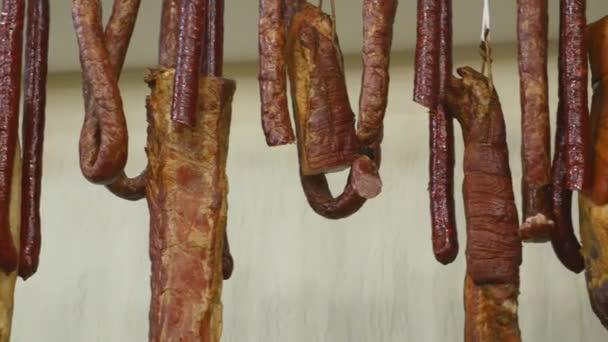 Italské různé tradiční Uzenky, salámy a šunky na kusu dřeva