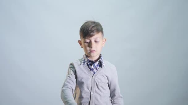 Junge werfen eine Kappe isoliert auf weißem Hintergrund