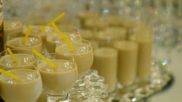Irská káva cream likér likér průhledného skla closeup sladké občerstvení na party. Káva krémový likér alkoholický nápoj v tyčinku