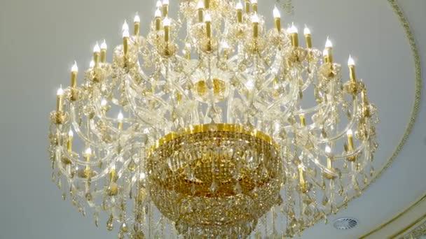 Lampadario Per Ingresso : Elegante lampadario sul soffitto in un ristorante di lusso u video