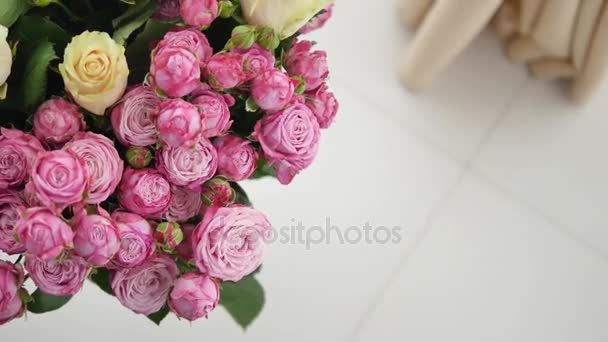 Kis rózsaszín rózsa csokor