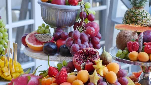 sok különböző gyümölcsök egy esküvői fogadás
