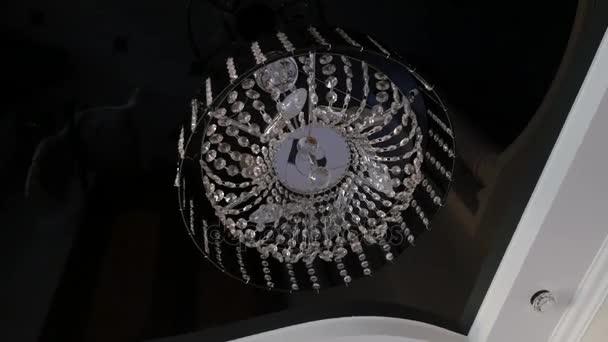Detail krásný křišťálový lustr kulatého tvaru visel od stropu v interiéru