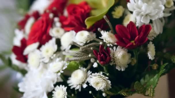 Nádherné svatební kytice z rudých růží a bílých chryzantém