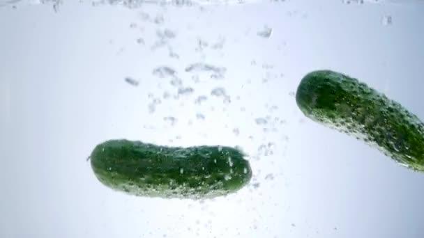 zöld uborka leesett-ba víz elszigetelt fehér background