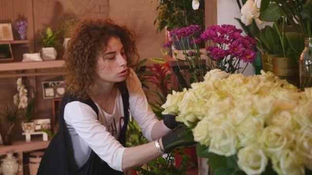 Fiorista professionista iniziare rendendo Bouquet con rosa bianca