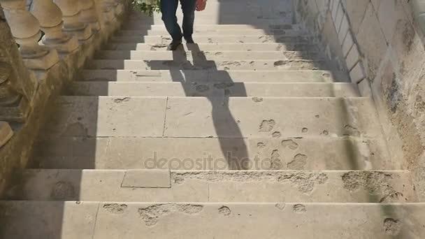 člověk vyleze na betonové schody