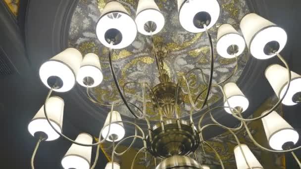 Kronleuchter Dekoration ~ Kronleuchter im restaurant an einem feiertag hochzeit licht in