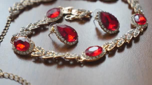 Starobylý styl náhrdelník a náušnice na stůl