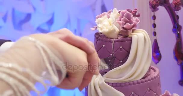 Detail svatební dort řezání novomanželé. Svatební dort