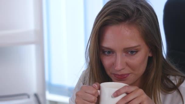 4k Business mladá žena nápoje vychutnat kávu čaj - přestávka na kávu. Detailní záběr