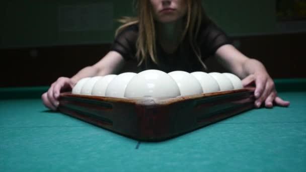 Příprava koule dívka pro hrát. Dívka nastaví kulečníkové koule a odebere Hrazdička plastová. Kulečníkové koule v původní pozici. Sledování snímku, zblízka