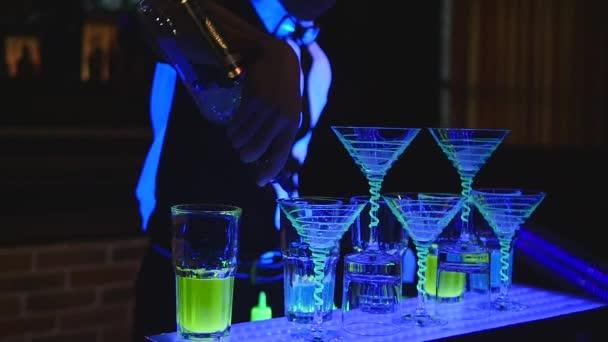 Barkeeper machen Cocktail in einer Bar