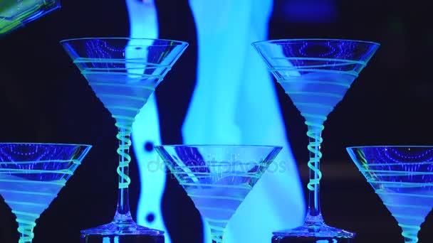 Barmann-Show. Barkeeper gießt alkoholische Cocktails. Nahaufnahme