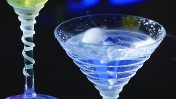 pít ze skla s účinek suchého ledu. barmanské show