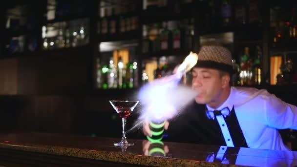 Junge Attraktive Professionelle Barkeeper Barkeeper Machen Coole Professionelle Erstaunliche Tricks Mit Zwei Flaschen Am Ellenbogen Fangen Werfen Feuershow Hinter Der Bar