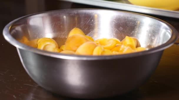 miska čerstvých meruněk na dřevěném stole - ovoce a zelenina