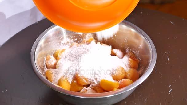 Mouku spadá do desky meruňky s cukrem