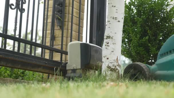 žací stroj sečení zahradní trávník ve dvoře