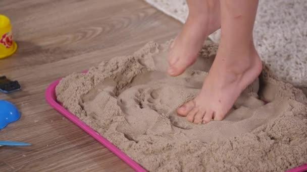 pieds de b b dans le sable avec bac sable cin tique vid o andrew282 160526110. Black Bedroom Furniture Sets. Home Design Ideas