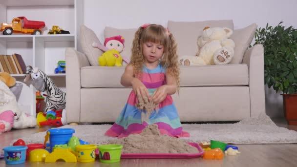Roztomilá blondýnka hraje písek ve studiu
