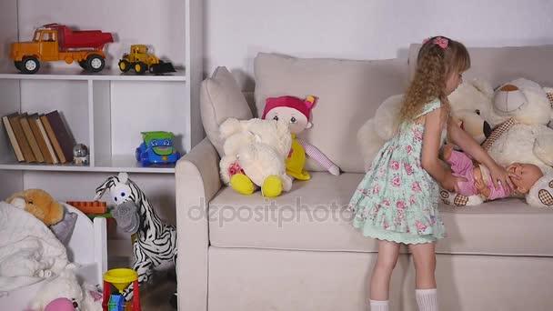 holčička hrát s panenkou