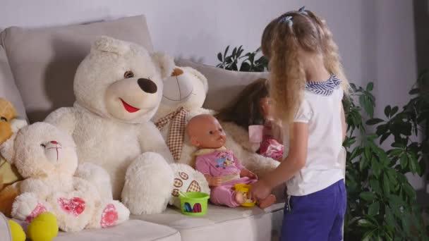 Roztomilé dítě dívka si hraje s hračkou doma