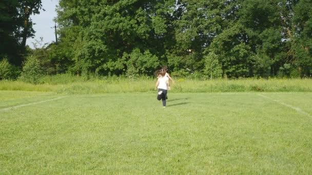 Chlapec hrající fotbal fotbalové hřiště