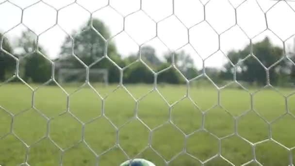 Zár megjelöl-ból egy futball-labdát ütő a nettó