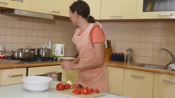 Žena řezání zeleniny na dřevěné desce
