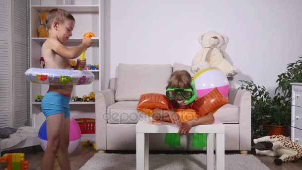 Děti hrají v obývacím pokoji, sní o jsou na pláži