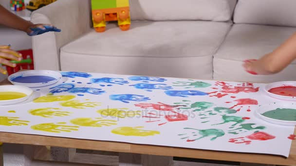 Beyaz Kağıt üzerine Biraz şirin Mutlu Komik çocuk Boyama Renk El
