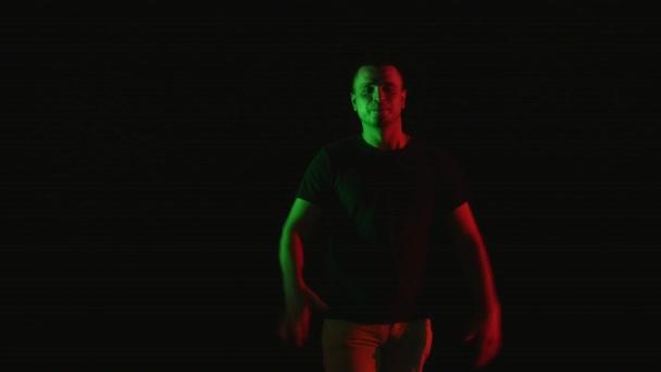 Veselá mužský tanečník, tanec krásný mladík provést tanec černé pozadí