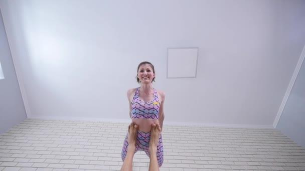 Mladá žena a muž cvičení akrobatická jóga. Kombinace akrobacie a jóga. pohled zdola