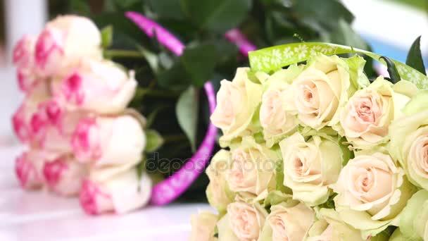 květiny na stole, kytici květin, spousta květin, dárkové, dát, kytice od hostů festivalu, stoupl na hostině, hostina