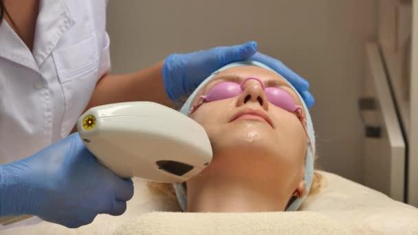 posouvání nahoru shot z lékaře nebo terapeuta Správa zlomkové kůži laserem a omlazení kůže Zenske