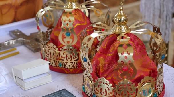 corone di nozze doro del matrimonio in una Chiesa, mossa fotocamera primi piani