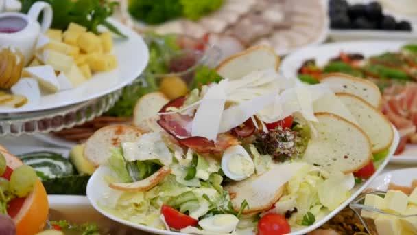 Tabulka s jídlem na svatbě