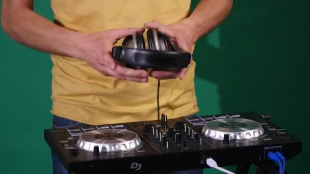 DJ taneční sluchátka na zeleném pozadí