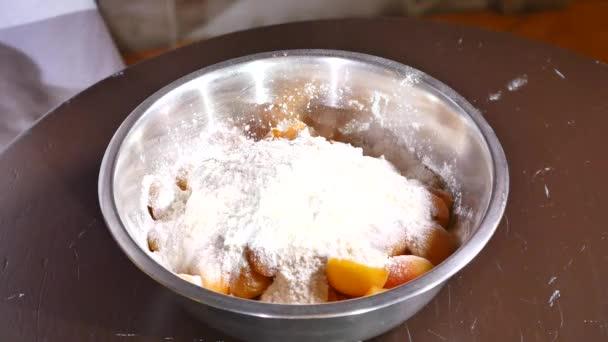 Ořechy patří do plechu meruňky s cukrem a moukou
