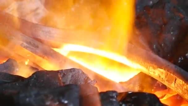 Uhlí s hořící oheň a železo, zblízka