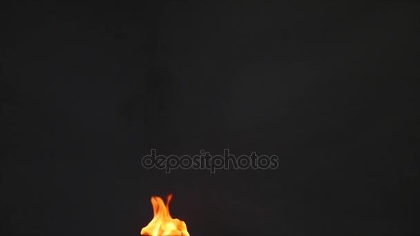 jazýčky plamen na černém pozadí, pomalý pohyb