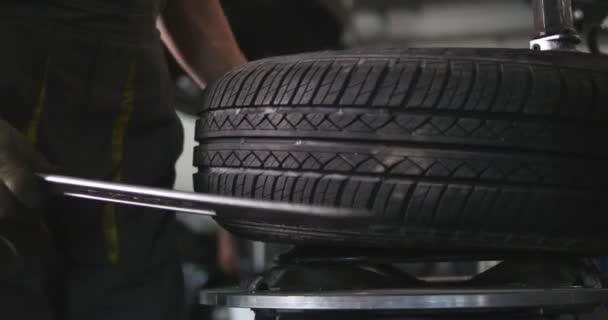 Szakmai autószerelő gumiabroncs, kerék, az automatikus javítás szolgáltatás timelapse cserélje ki. Következő szerelő gép terheléselosztó szolgáltatás kerék kiegyensúlyozása