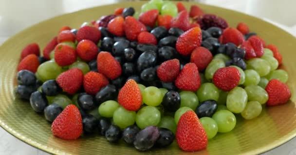 Mix jahody a vinné hrozny, čerstvé bobule zblízka rotace, bezproblémově obklady